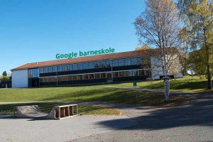 Lunner_barneskole_By-Kjetil-Ree_CC-BY-SA-3-0-google-logo-added-by-h-birkeland